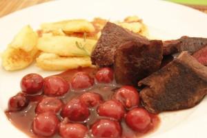 Hirschsteaks mit Kirschen und Bubenspitzle