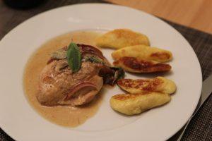Gefüllte Schinken-Hähnchenroulade an Salbei-Gnocchi und Tomaten-Avocado-Salsa 17