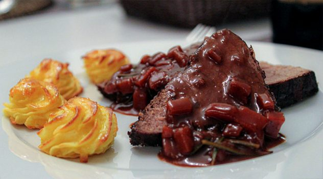Gefüllte Schinken-Hähnchenroulade an Salbei-Gnocchi und Tomaten-Avocado-Salsa 16