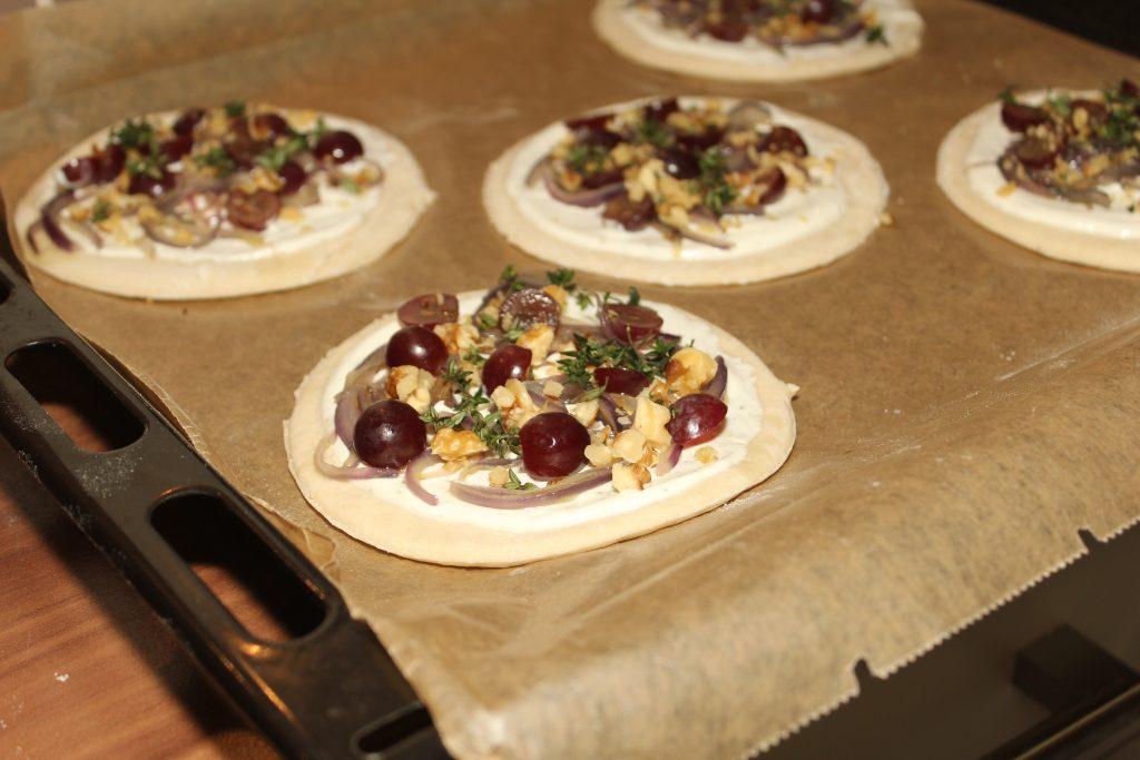 Winzerfladen mit Weintrauben und Zwiebeln 2