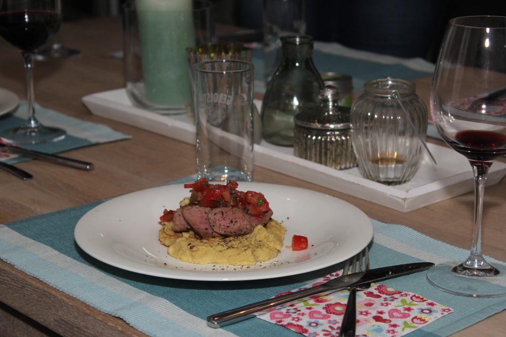 Lammrücken auf Kichererbsenpüreé mit Tomaten Salsa