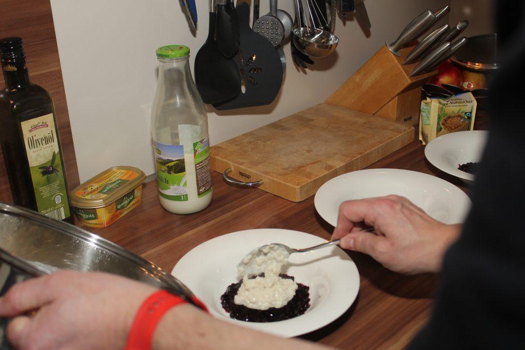 Milchreis mit Karamell-Kruste auf Heidelbeerkompott 4