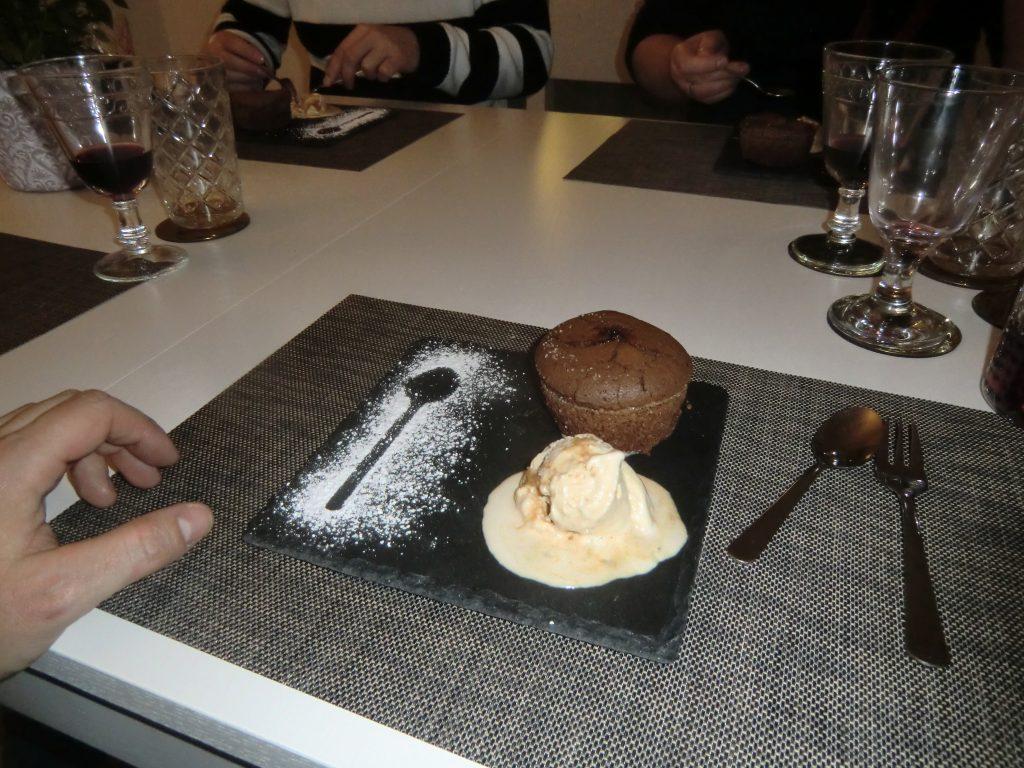 Warmes Schokoladenküchlein mit flüssigem Schokotrüffelkern und gesalzenem Karamelleis 4