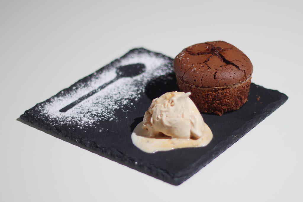 Schokoladen Küchlein mit flüssigem Trüffel Kern und Karamell-Eis