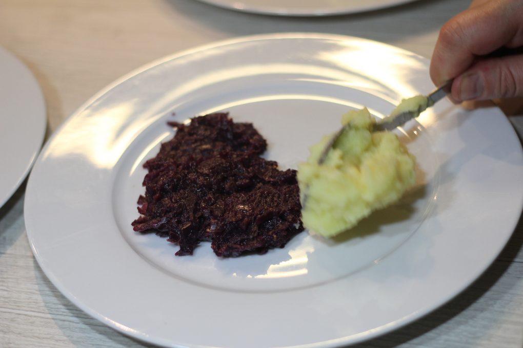 Rehmedaillons auf Kartoffelstampf mit Quitten und Ingwer-Feigen-Rotkohl 5