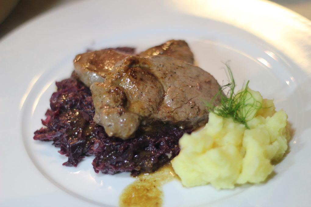 Rehmedaillons mit Wacholderbeeren und Quitten-Kartoffelstampf und  Feigen-Rotkohl