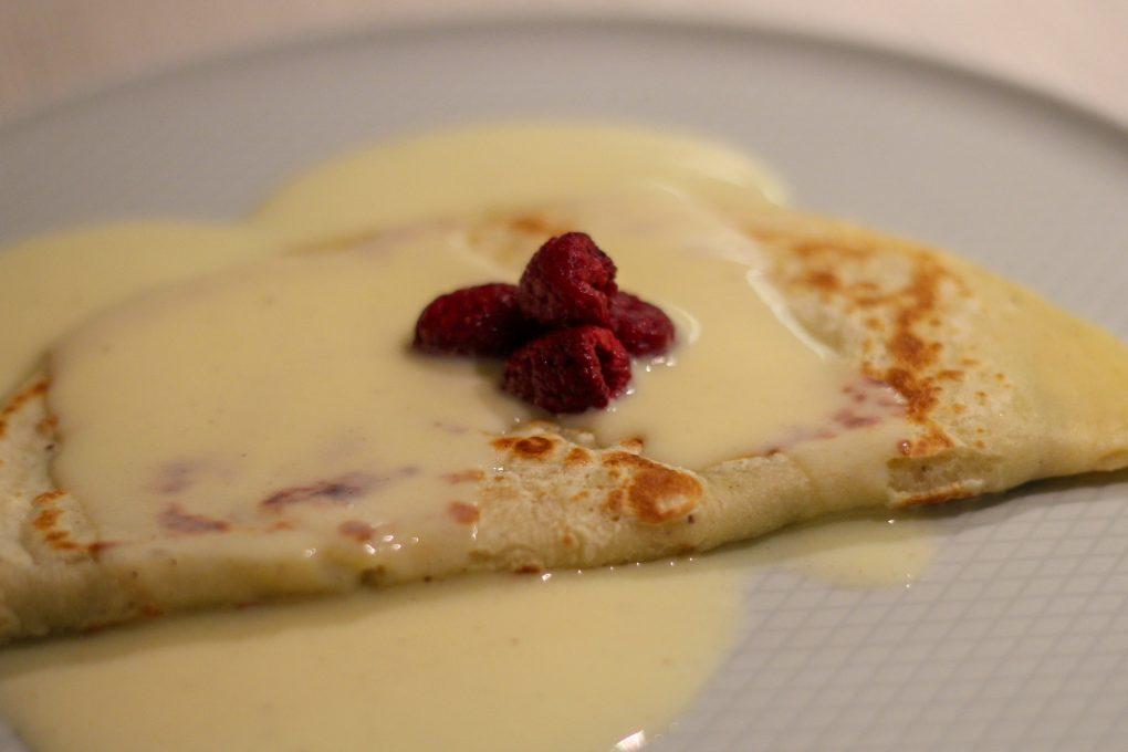 Schoko-Crunch Crepes mit Vanillesoße und Himbeergarnitur 4