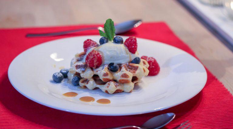 Lütticher Waffeln mit Himbeeren und Heidelbeeren auf Vanilleeis mit gesalzener Toffeé-Crème