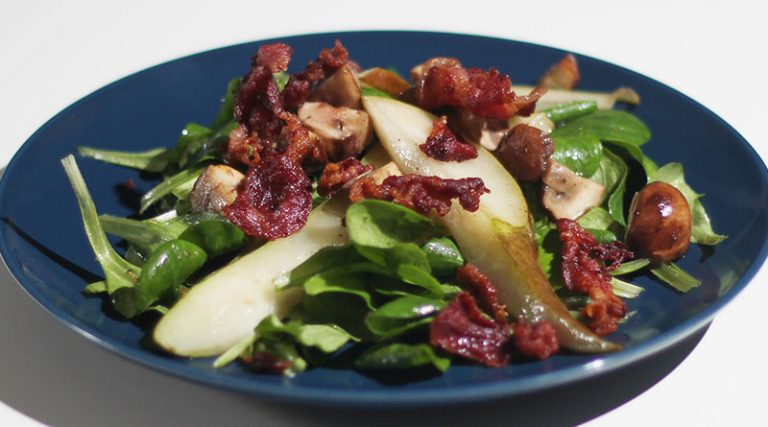 Winterlicher Feldsalat mit gebratenen Birnen, Waldchampignons und Bacon