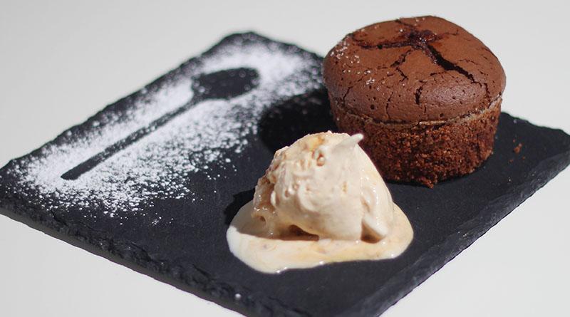 Warmes Schokoladenküchlein mit flüssigem Schokotrüffelkern und gesalzenem Karamelleis 1