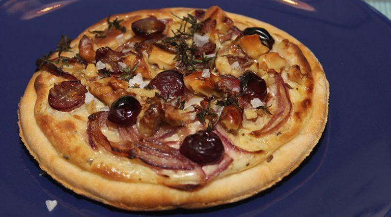Winzerfladen mit Weintrauben und Zwiebeln