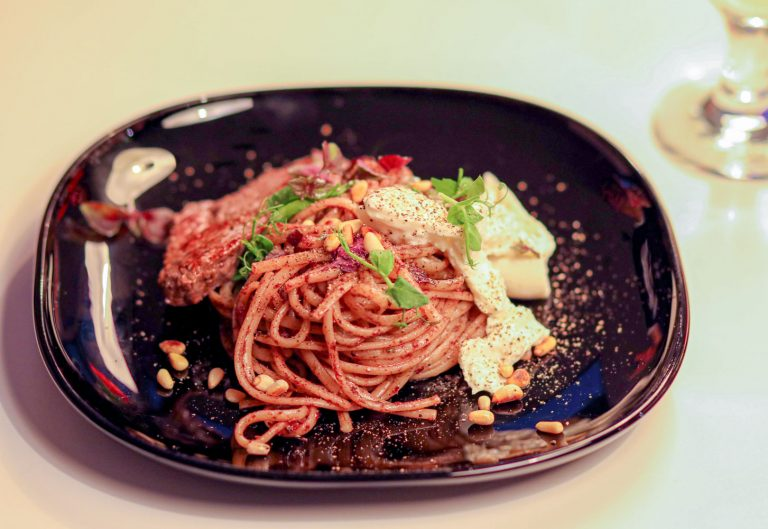 Linguini mit Balsamico-Tapenade, Burrata und geröstetem Knoblauch