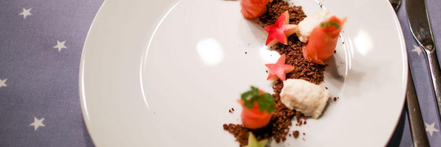 Wildlachsröschen auf Schwarzbrot-Crumble mit Meerettich-Apfel-Espuma