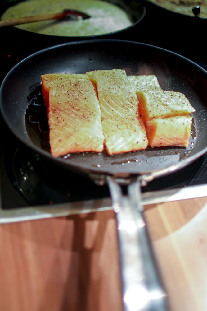 Gebratenes Lachs-Filet mit Quinoa-Chia-Paprika und Sweet Onion Sauce 4