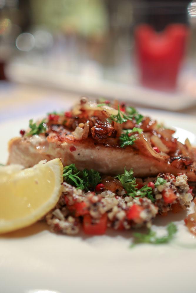 Gebratenes Lachs-Filet mit Quinoa-Chia-Paprika und Sweet Onion Sauce