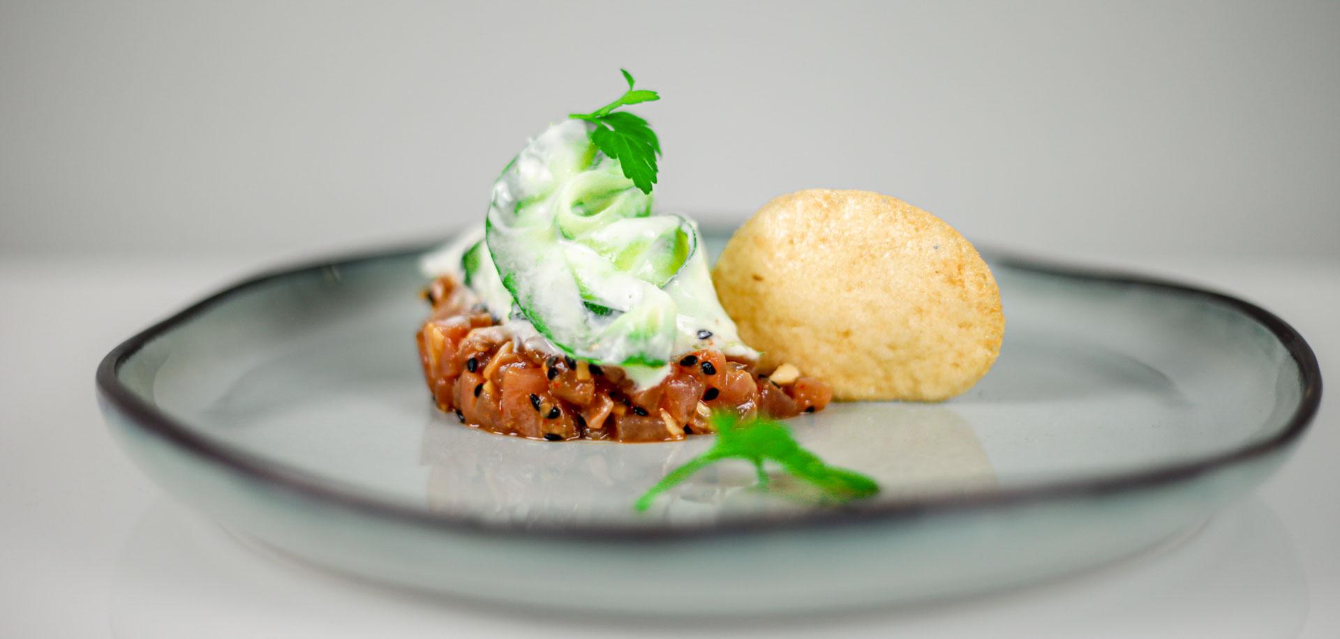 Thunfisch Tatar mit Wasabi-Gurken und Garnelen-Chip 1