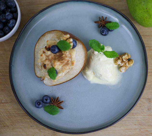 Zimt-Ricotta auf warmer Birne mit Vanilleeis