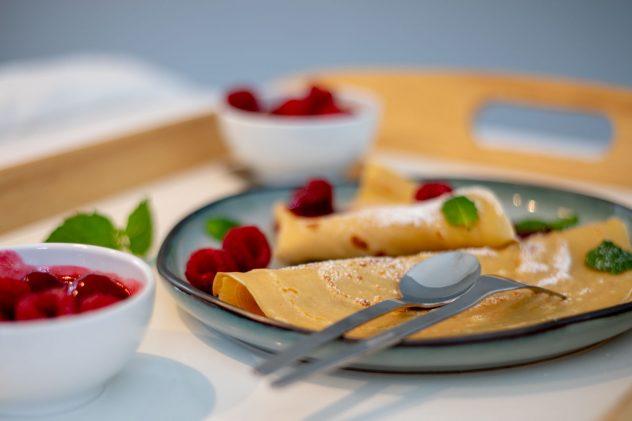 Schoko-Crunch Crepes mit Vanillesoße und Himbeergarnitur