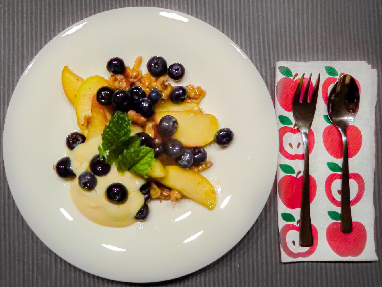 Gebratene Apfelspalten, karamellisierte Walnüsse und frische Blaubeeren auf Honigschmand 1