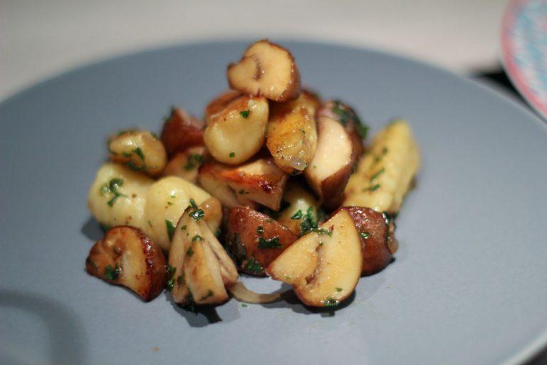 Handmade Gnocchi mit Creme-Champignons und Rosmarin-Rinderhüfte mit Knoblauch aus dem Ofen