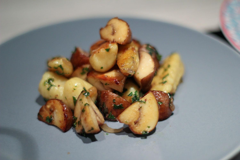 Handmade Gnocchi mit Creme-Champignons und Rosmarin-Rinderhüfte mit Knoblauch aus dem Ofen 1