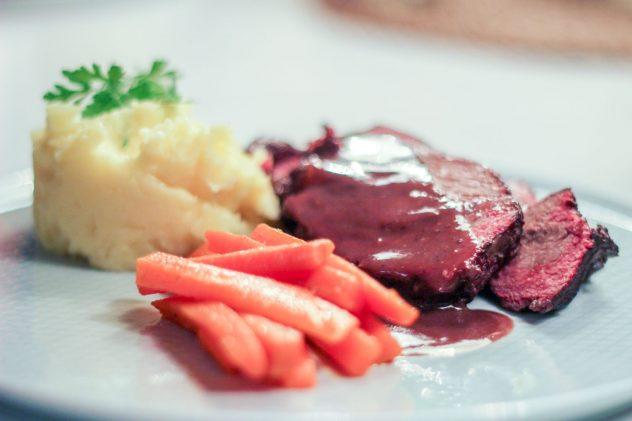 Irische 24-Stunden Ochsenbäckchen mit Kartoffelstampf und Butterkarotten
