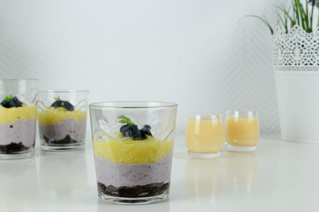 Blaubeeren-Mango-Dessert im Glas