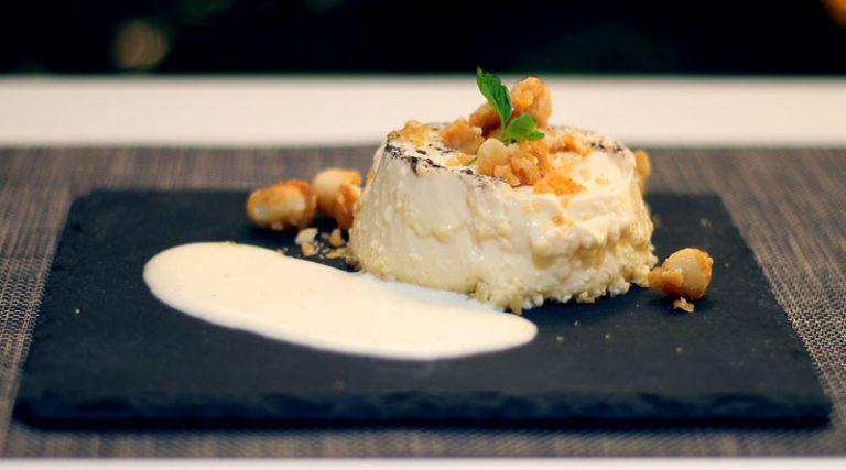 Vanille-Flan mit Zabaglione und karamellisierten Macadamia-Nüssen