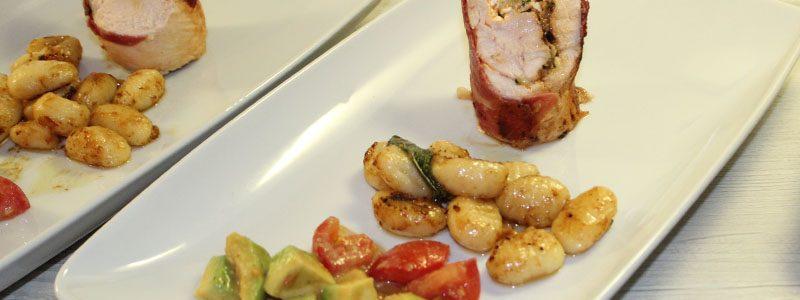 Gefüllte Schinken-Hähnchenroulade an Salbei-Gnocchi und Tomaten-Avocado-Salsa 1