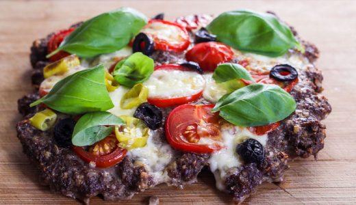 Hackpizza mit schwarzen Oliven, Tomaten und Mozarella