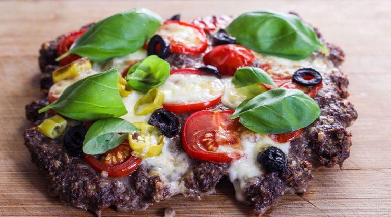 Hackpizza mit schwarzen Oliven, Tomaten und Mozarella0 (0)