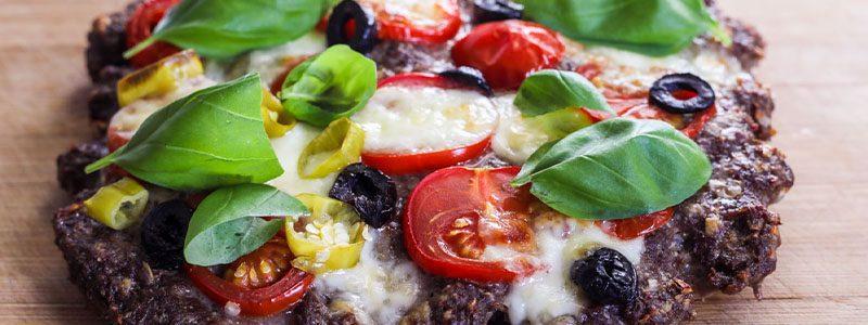 Hackpizza mit schwarzen Oliven, Tomaten und Mozarella 1