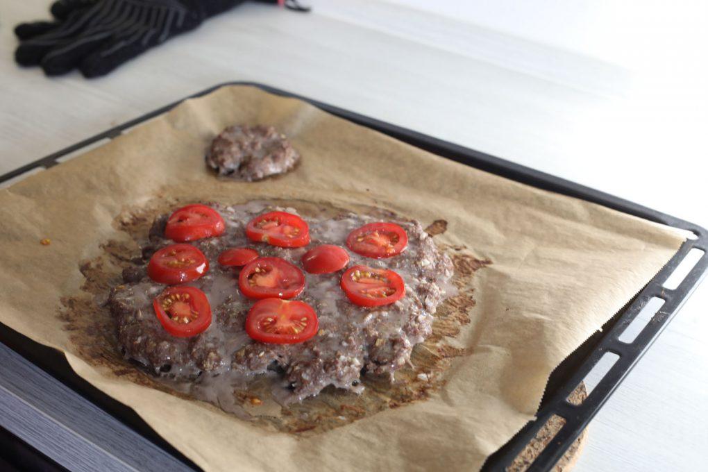 Hackpizza mit schwarzen Oliven, Tomaten und Mozarella 6