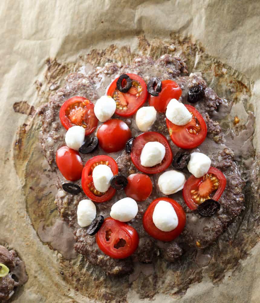 Hackpizza mit schwarzen Oliven, Tomaten und Mozarella 7