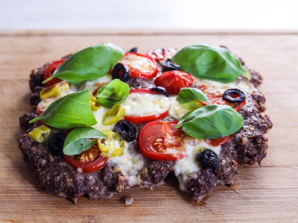 Hackpizza mit schwarzen Oliven, Tomaten und Mozarella 8