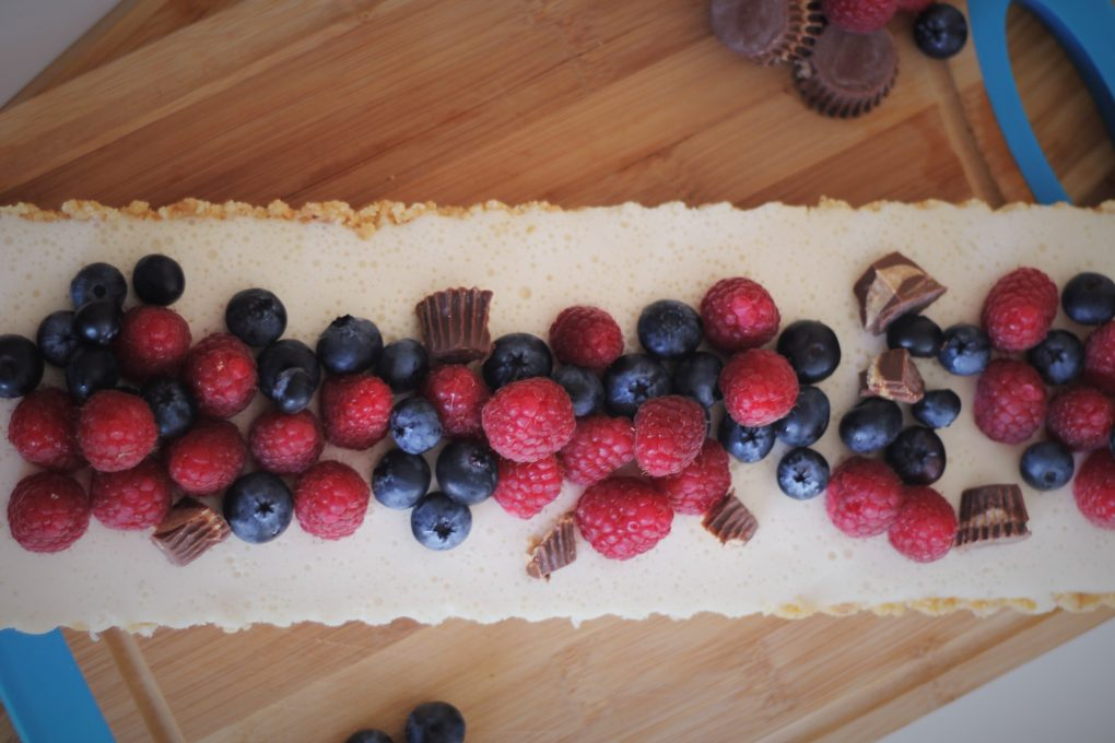 Cheesecake mit Himbeeren & Blaubeeren und Peanut Butter Cups 2