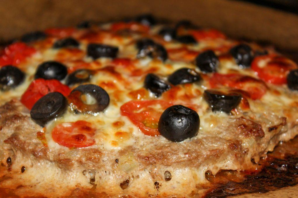 Hackpizza mit schwarzen Oliven, Tomaten und Mozarella 3