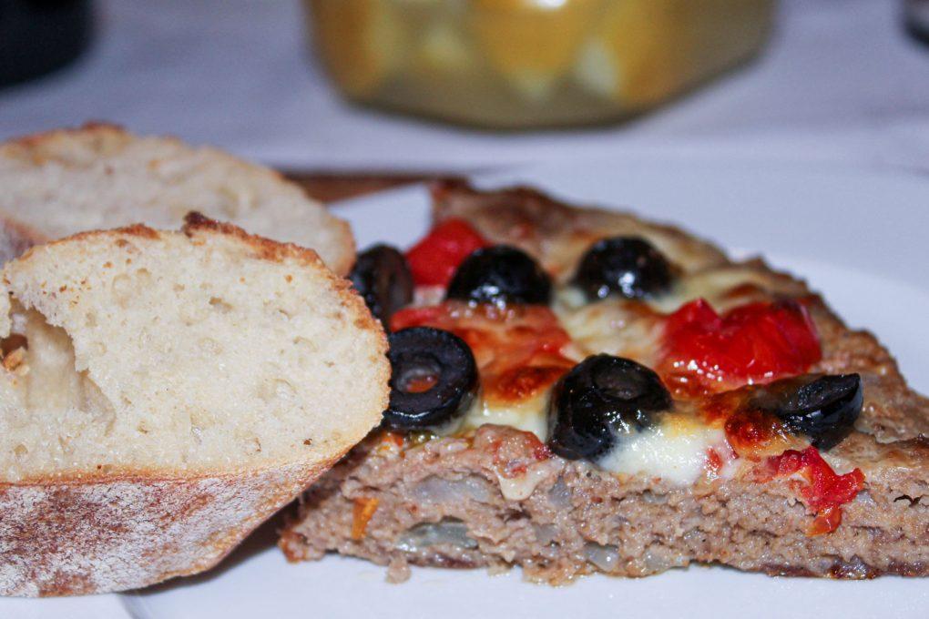 Hackpizza mit schwarzen Oliven, Tomaten und Mozarella 4