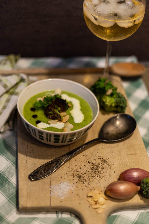 Brokkoli Creme Suppe mit Mandeln und Petersilie