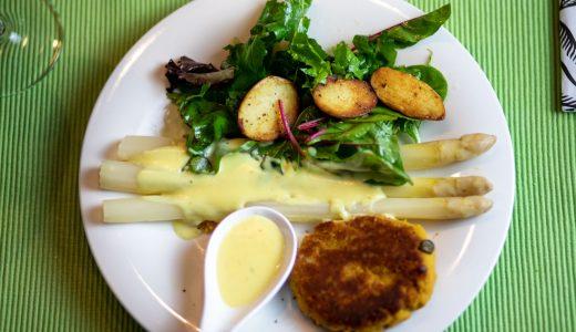 Schnitzel von der Kichererbse mit Kartoffeln und Spargel
