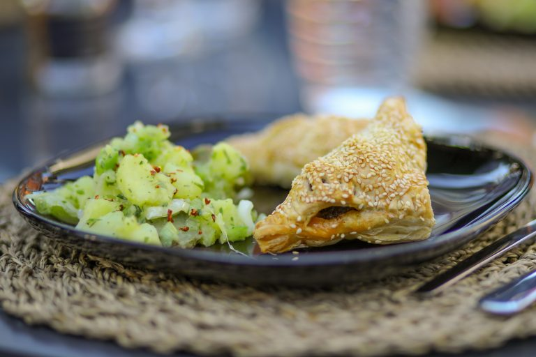 Gefüllte Blätterteigtaschen mit orientalischem Kartoffelsalat