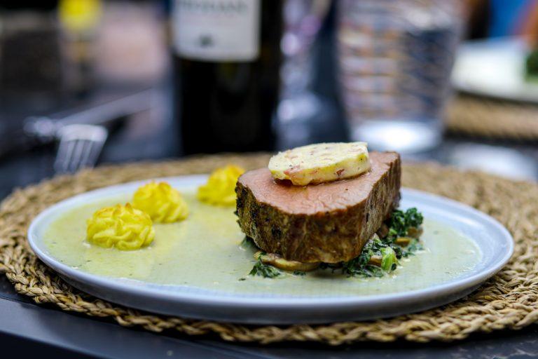 Rinderfilet mit Spinat Parmesan Champignons und Bacon Butter