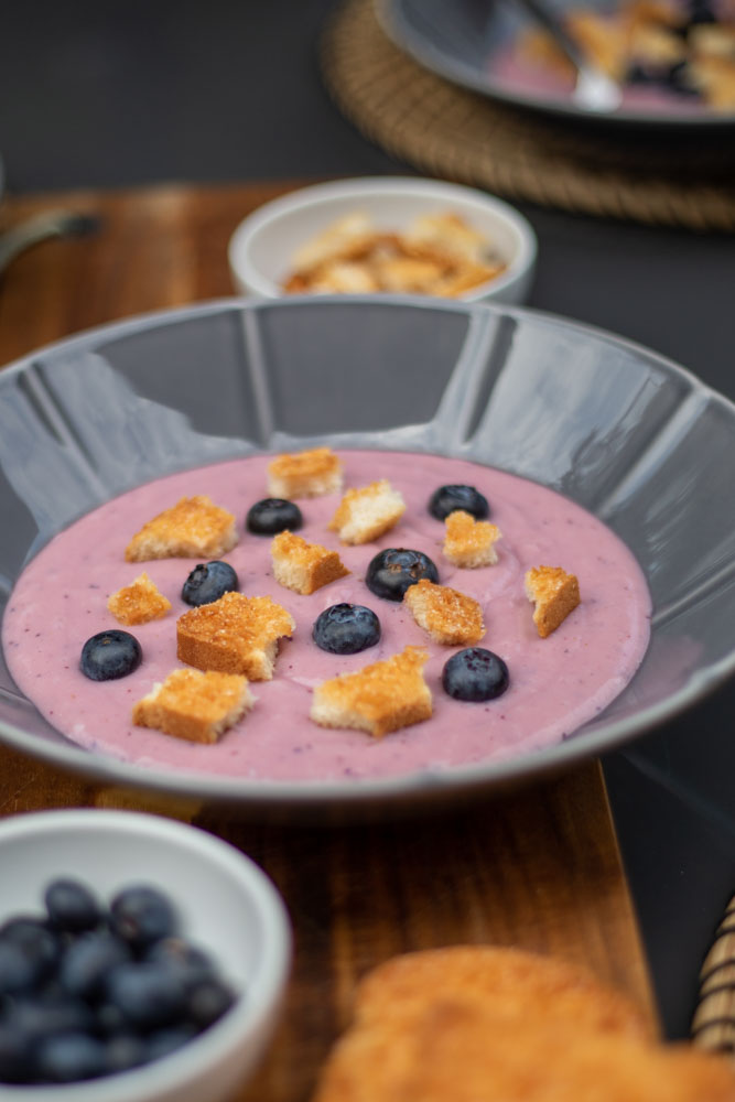 Blaubeer Suppe mit Kokos Croutons