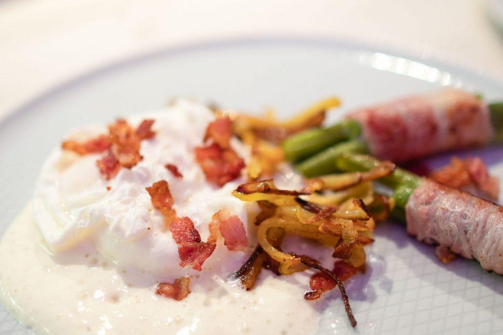 Porchiertes Ei mit Parmesan Espuma und Bacon und grünen Bohnen