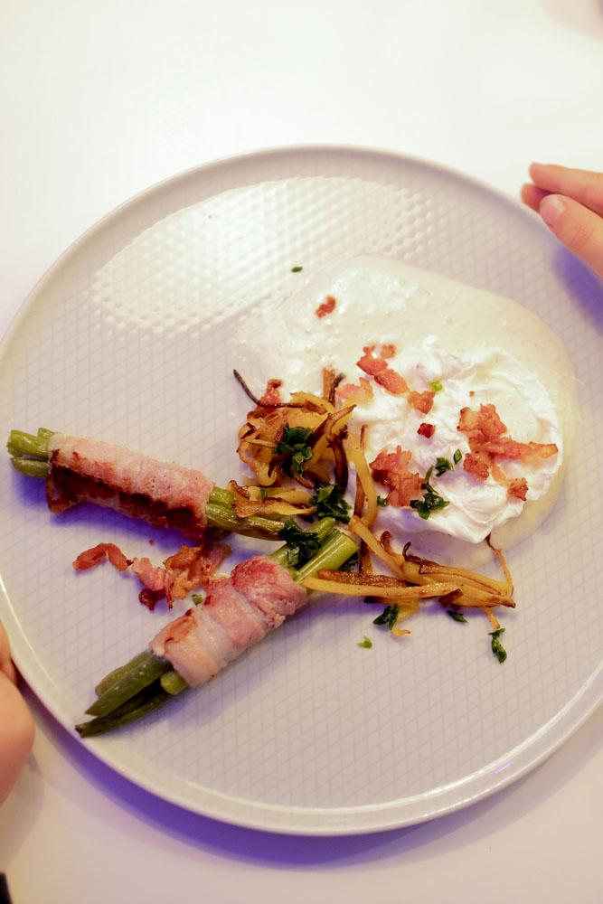 Parmesan Espuma an porchiertes Ei mit Bacon und grünen Bohnen 3