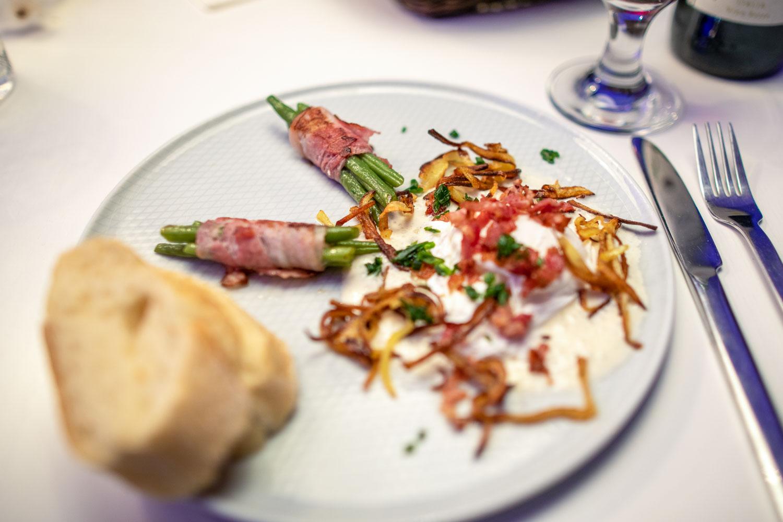 Parmesan Espuma an porchiertes Ei mit Bacon und grünen Bohnen 1