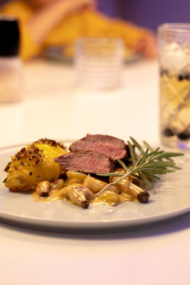 Lammrücken mit Kräuterseitlingen und Weintrauben in Calvados