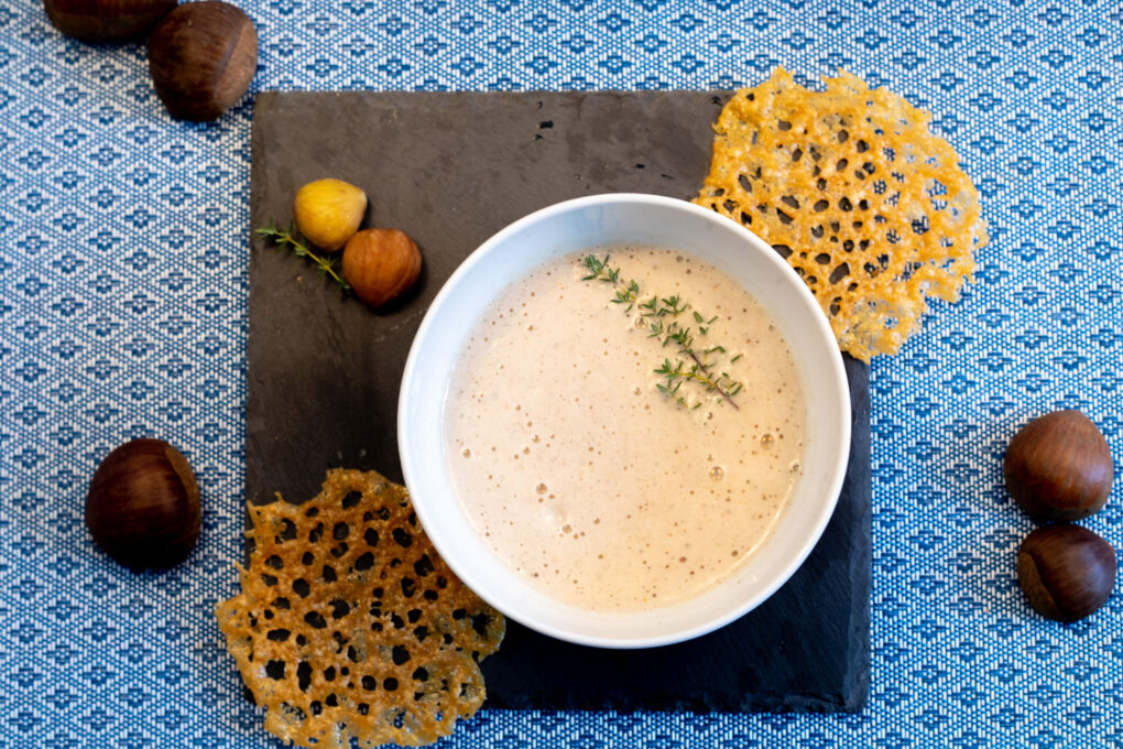 Maronenschaumsüppchen mit Parmesan-Taler und frischen Pilzen