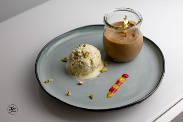 Nougat-Mousse mit Pistazien an Himbeer- und Mango-Püree und Vanilleeis