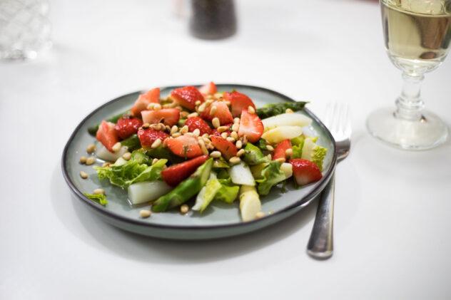 Curryfrischkäse auf Kukumer mit Radieschen, schwarzem Sesam und Keimlingen von der Gartenkresse 5